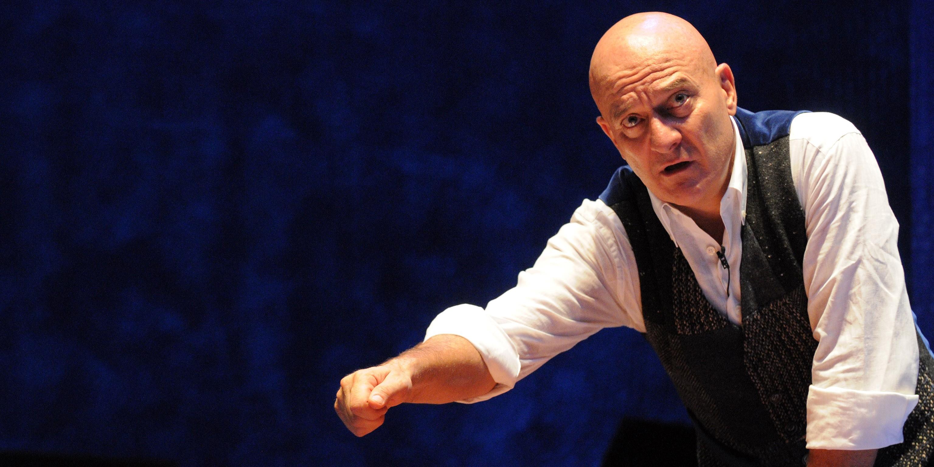 """""""Father and son"""", il nuovo spettacolo Claudio Bisio arriva al Teatro dei Rinnovati"""