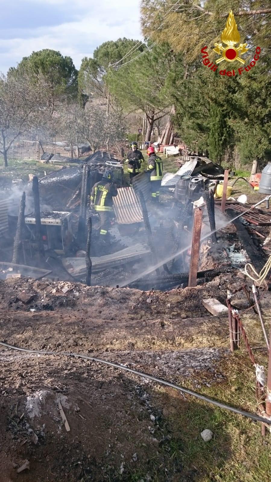 Strada di Certosa, brucia un capanno agricolo