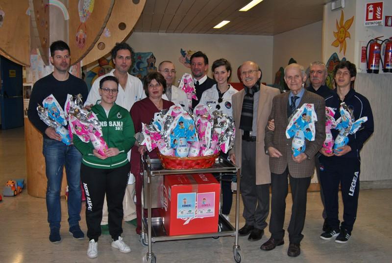 La Polisportiva Mens Sana dona le uova di pasqua ai piccoli pazienti di pediatria