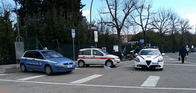Scippi a raffica al mercato: arriva la Polizia, fermata una donna straniera
