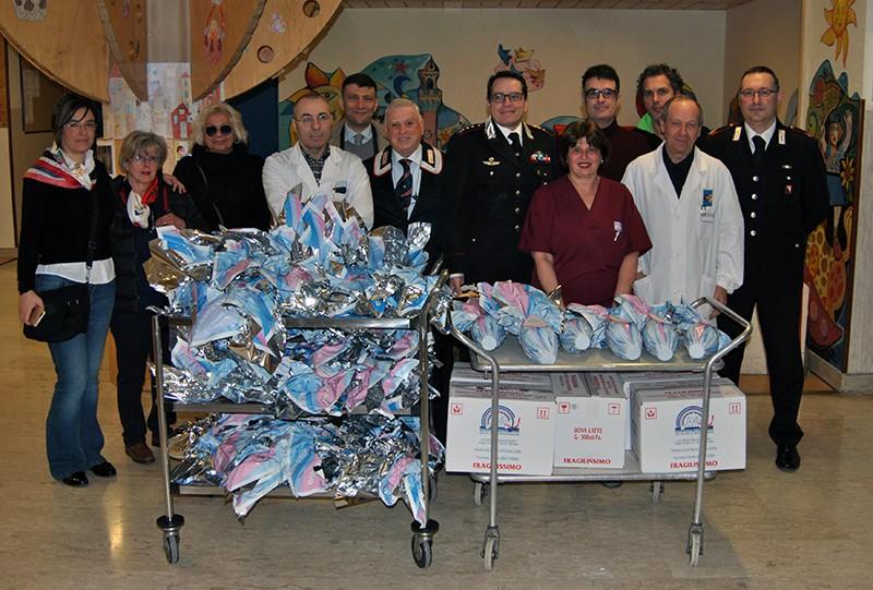 I carabinieri portano le uova di Pasqua ai bimbi di pediatria – FOTO