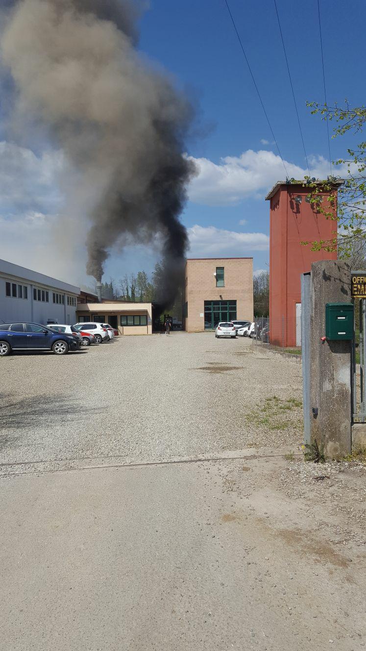 Incendio in Pian del Casone, i vigili estinguono le fiamme