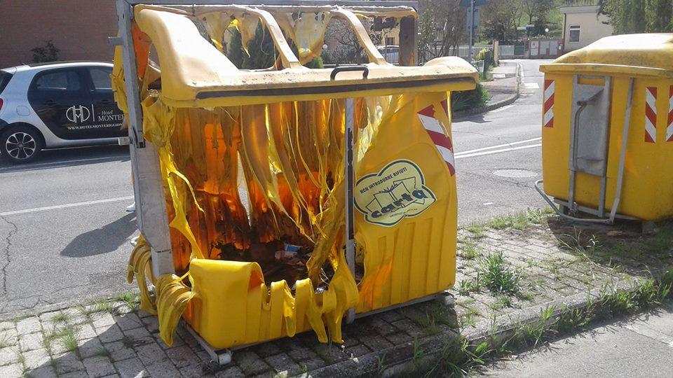 Cassonetto della carta brucia a Castellina Scalo