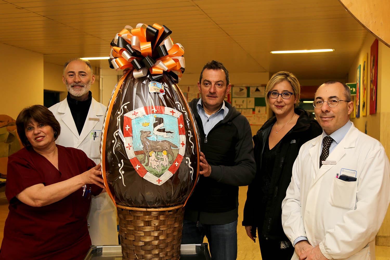 La contrada della Lupa dona un uovo di cioccolato gigante ai bimbi di Pediatria