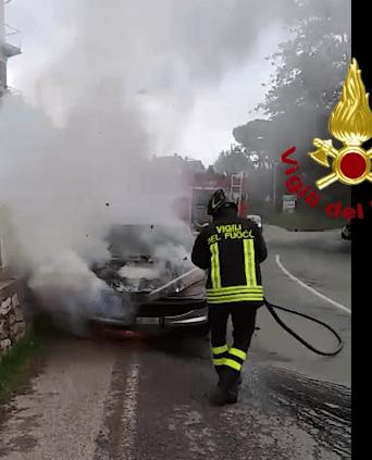 Auto in fiamme a Bottega Nuova – VIDEO