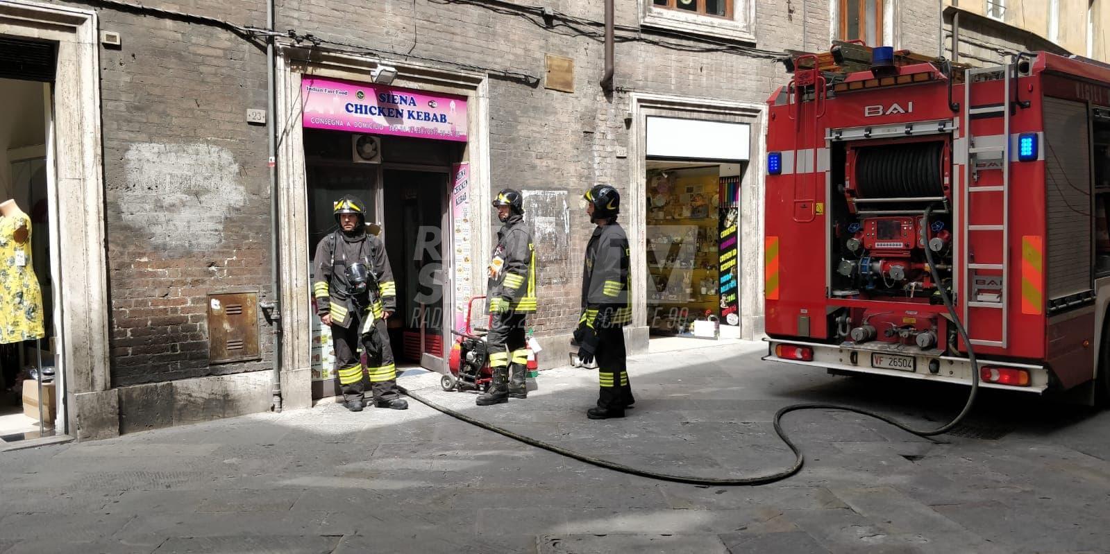 Incendio al Kebab di via Camollia: locale divorato dalle fiamme