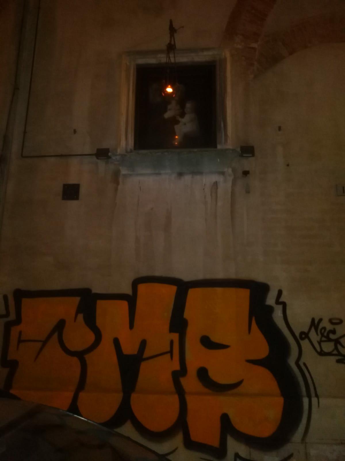 Scritte vandaliche in via Cecco Angiolieri ancora non ripulite