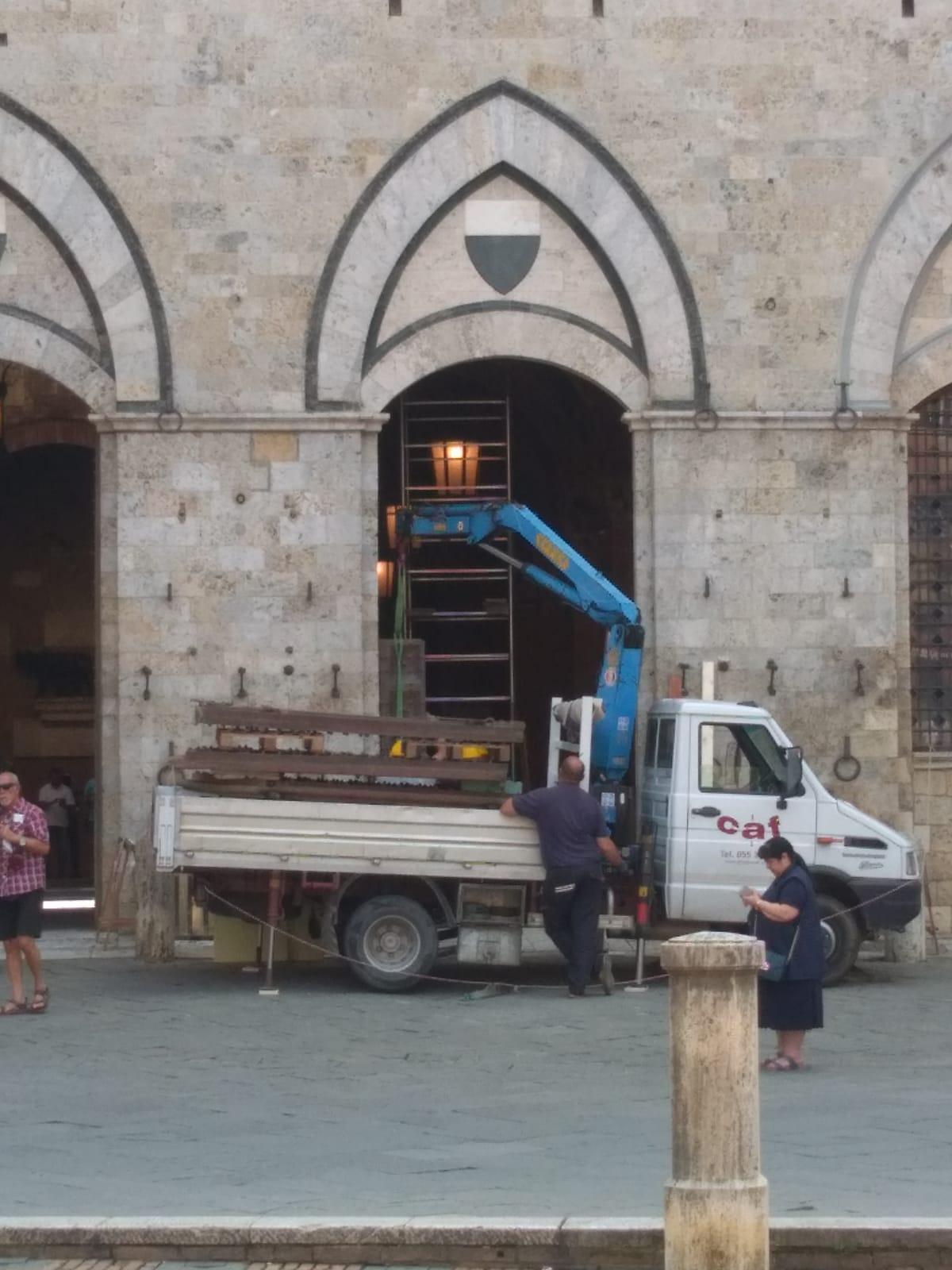 Continuano le operazioni di restauro delle porte del Palazzo Pubblico