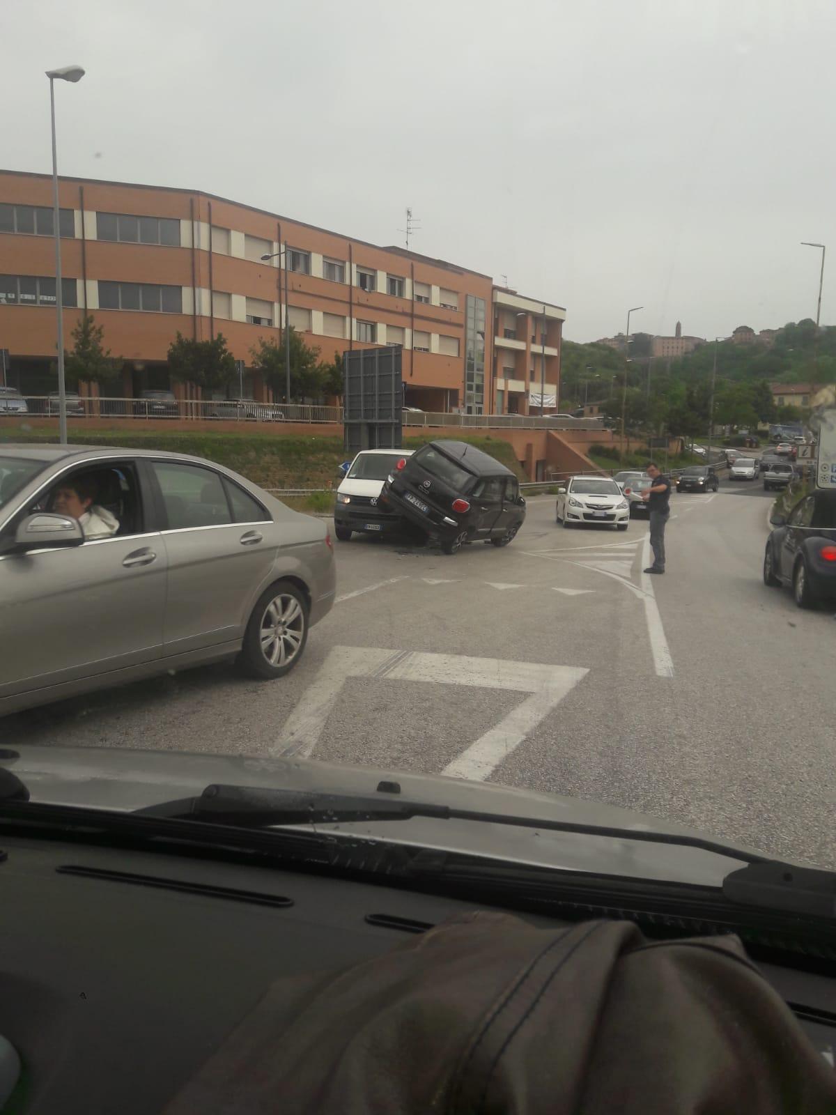 Spettacolare incidente a Colonna San Marco, traffico bloccato
