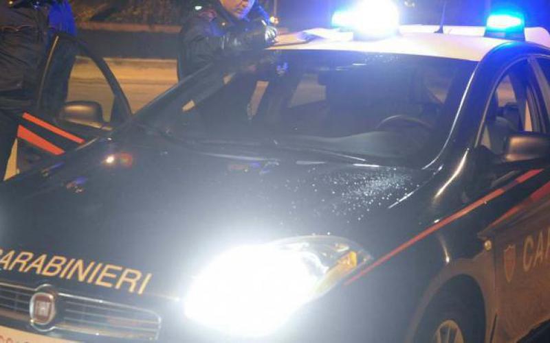 Litiga col vicino di casa e gli spara tre colpi di pistola: 58enne in condizioni disperate all'ospedale