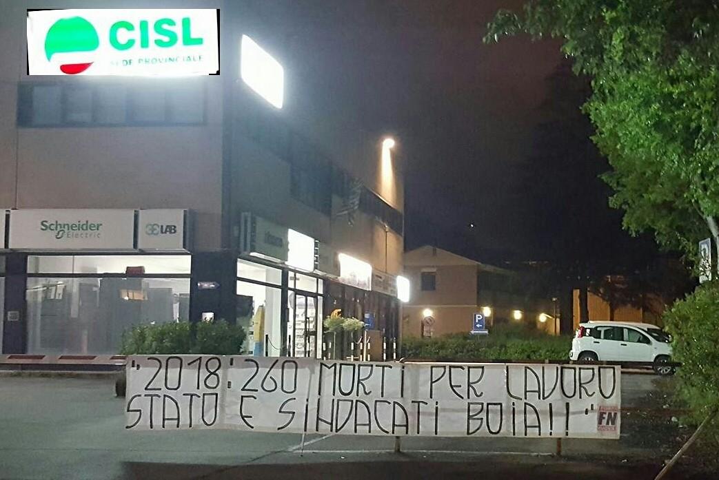 """Morti sul lavoro, striscione di Forza Nuova contro i sindacati. Cisl: """"Non ci faremo intimidire"""""""