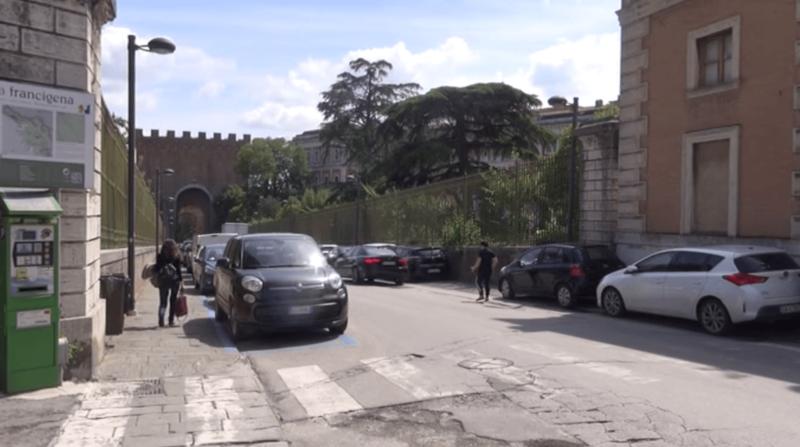 Porta Romana, è incubo parcheggi: la denuncia di negozianti e residenti