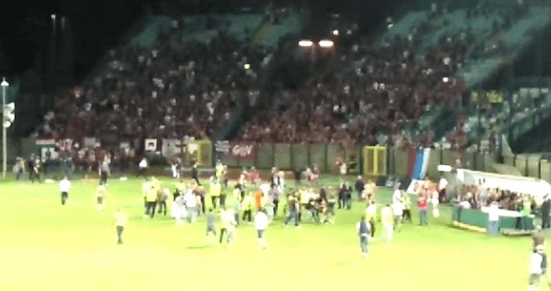 Robur-Reggiana 2-1, tensione al fischio finale: i tifosi ospiti entrano in campo