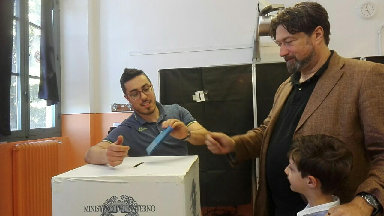 Massimo Sportelli al voto al seggio della scuola Saffi