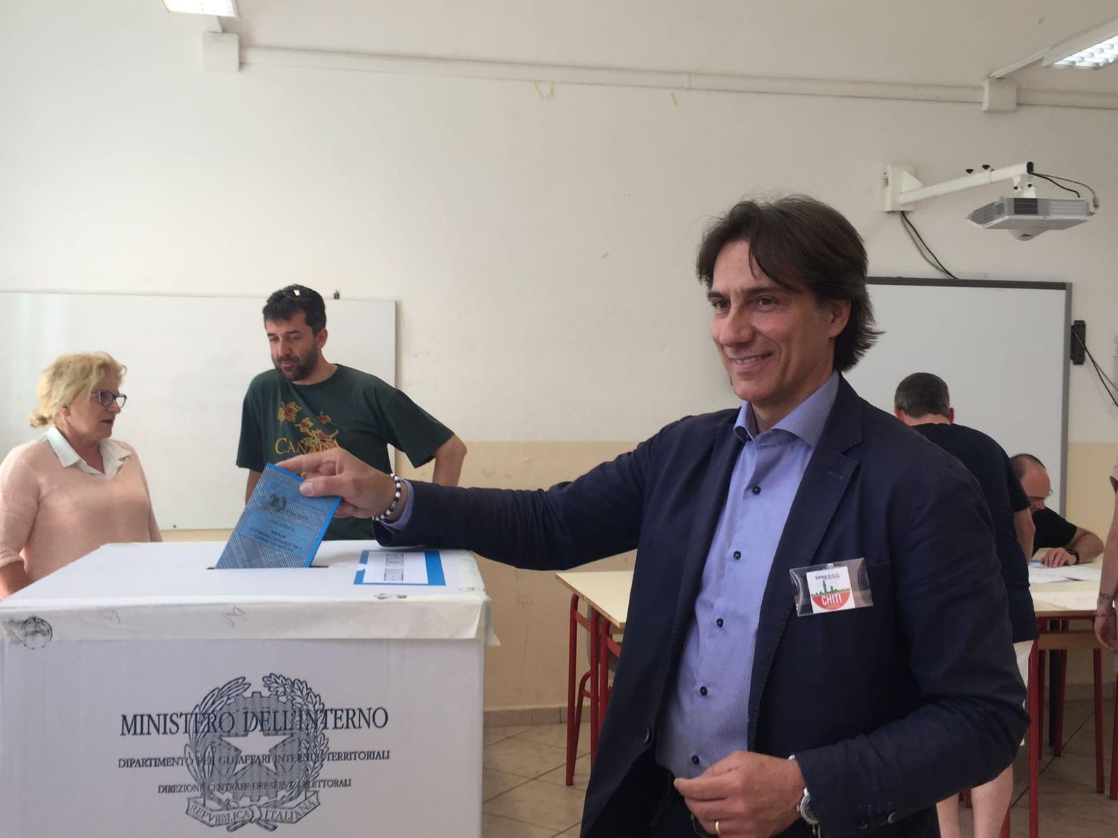 Chiti al voto al seggio del Caselli