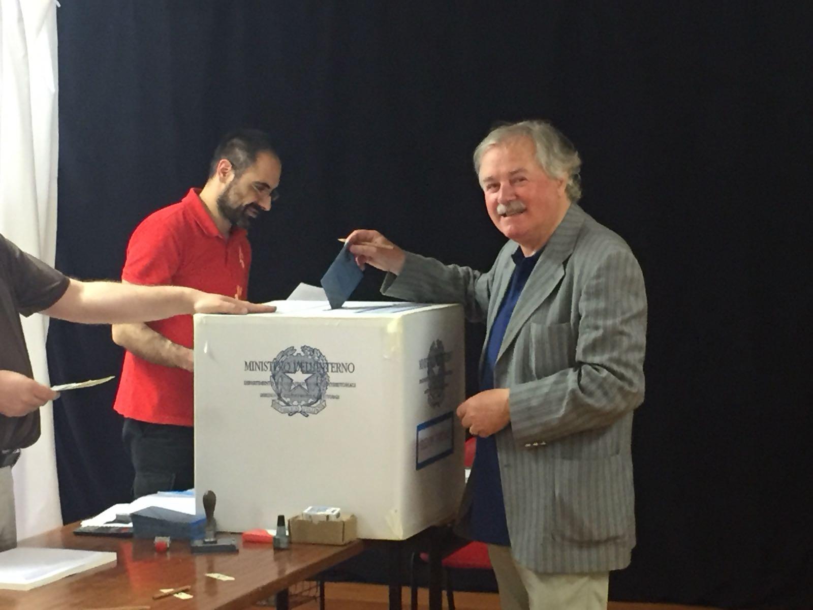 Vigni alle urne al seggio di San Miniato