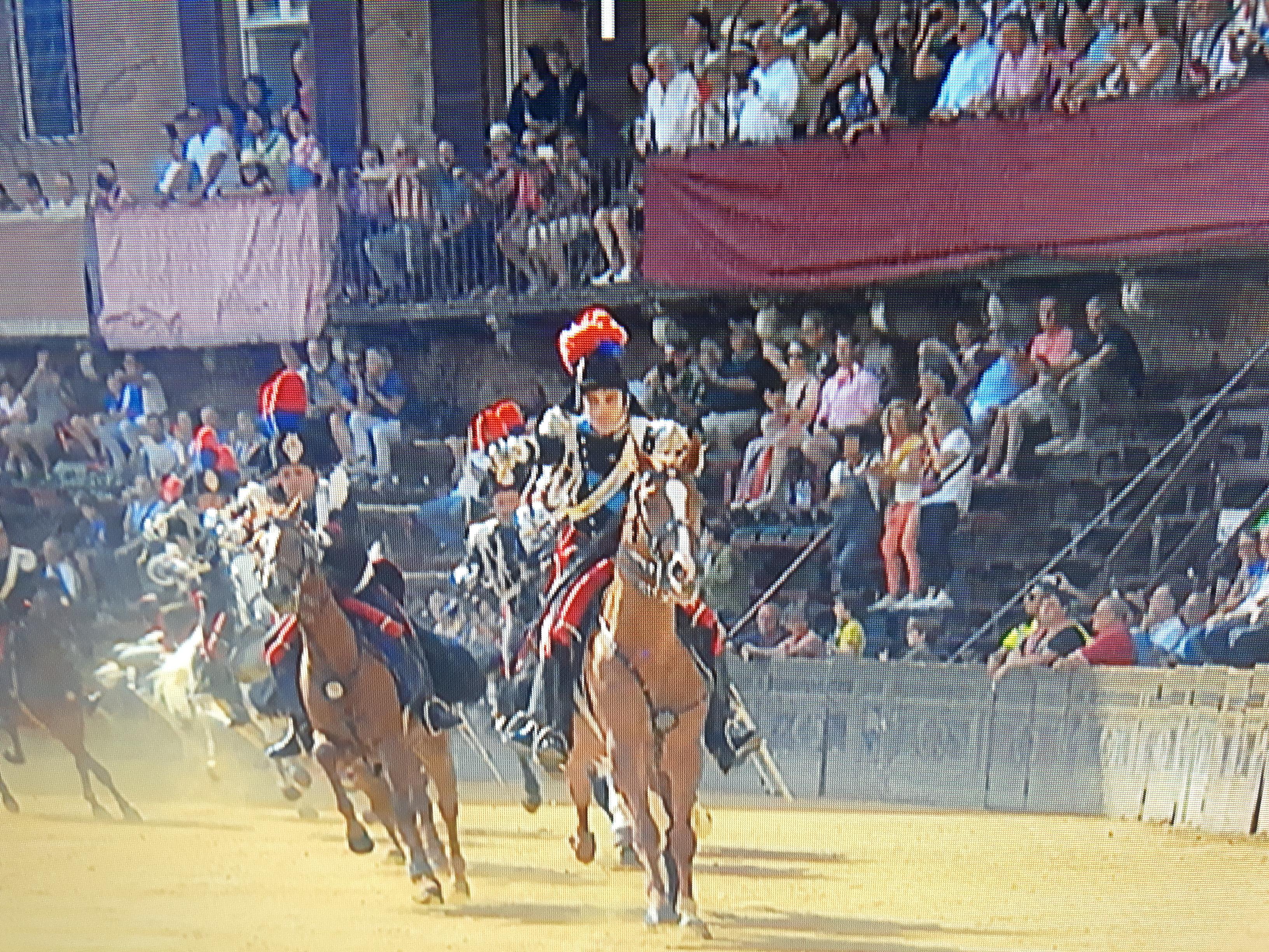 Fratture multiple per il Carabiniere a cavallo caduto durante la carica