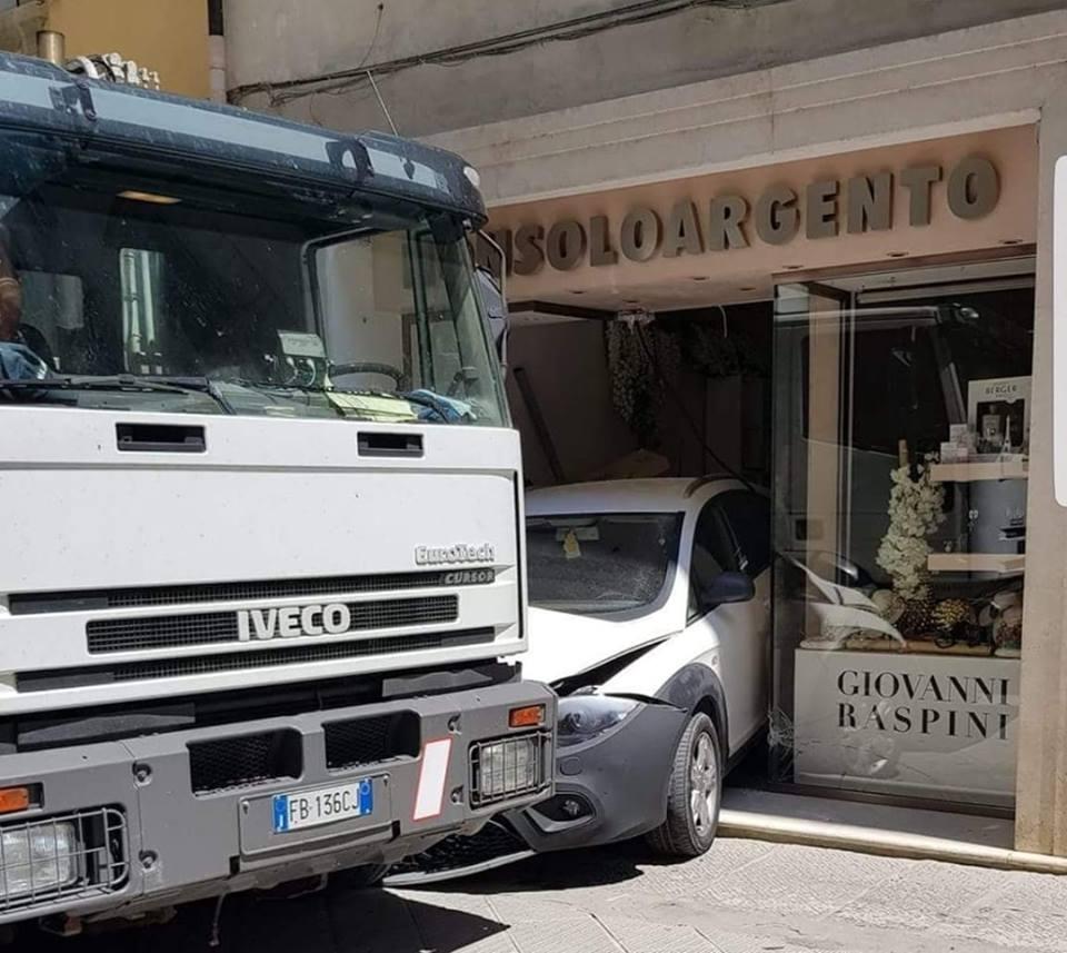 Un Camion distrugge un negozio in centro