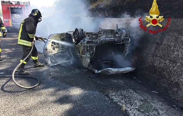 Drammatico incidente in A1, due vittime nell'auto bruciata