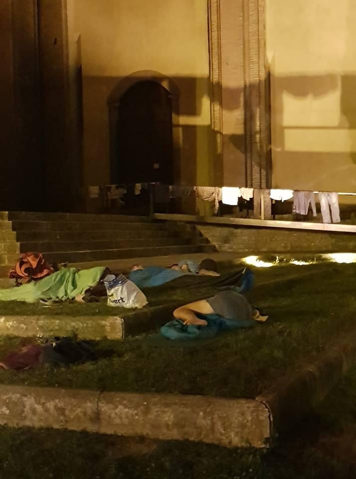 Dormono e stendono panni nel prato della Basilica di San Domenico
