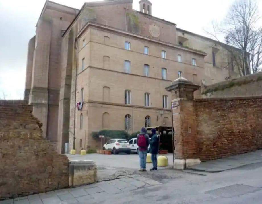 Il muro del piazzale di Sant'Agata riparato dopo il Palio