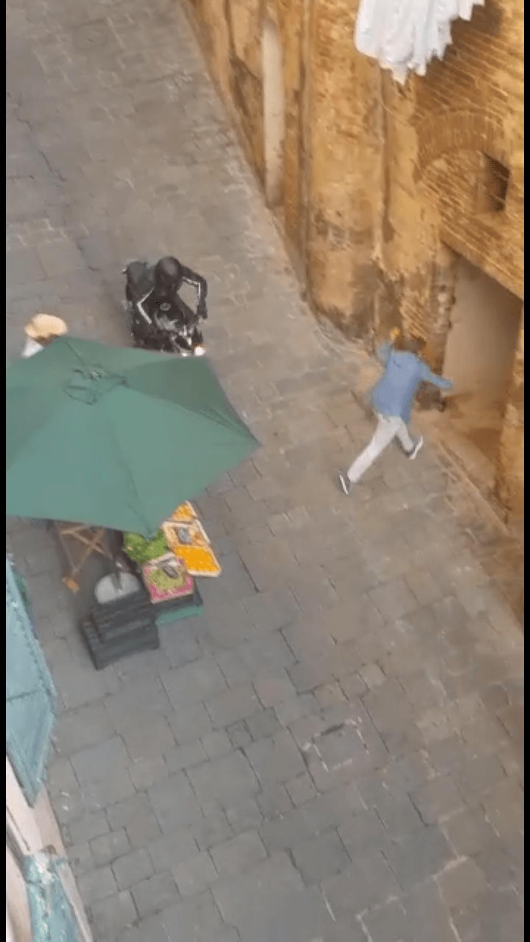 Netflix, ciak si gira: le spettacolari immagini degli stuntman in Fontebranda