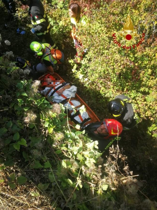Motociclista cade nella scarpata, salvato dai vigili del fuoco