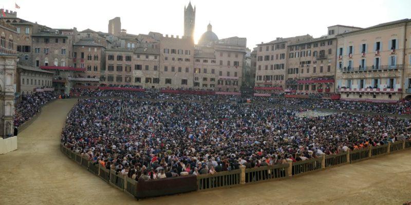 Una Piazza del Campo stracolma di gente per la terza prova