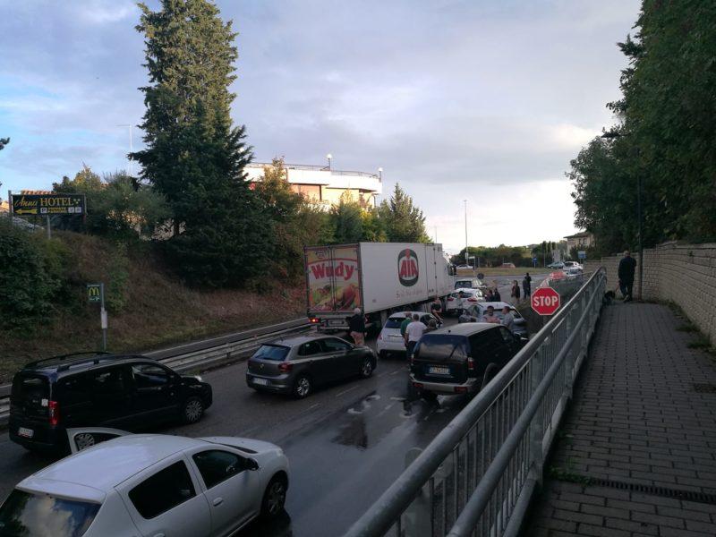Tir tampona auto, traffico in tilt a Belverde