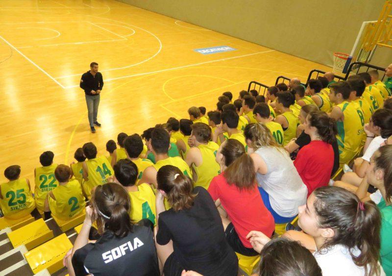 Gli arbitri di Siena in visita agli atleti del Costone