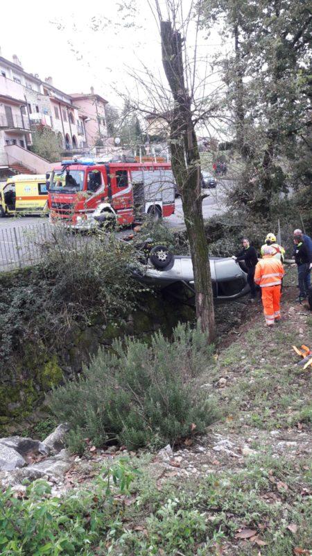 Auto sfonda i cassonetti e si ribalta nel fosso: un morto e un ferito grave – FOTO