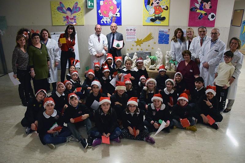 """La scuola """"Rodari"""" di Arbia dona un presepe di gesso a Pediatria"""