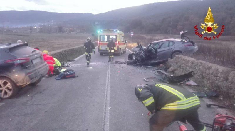 Frontale tra due auto sulla Sp73 bis, muore un uomo