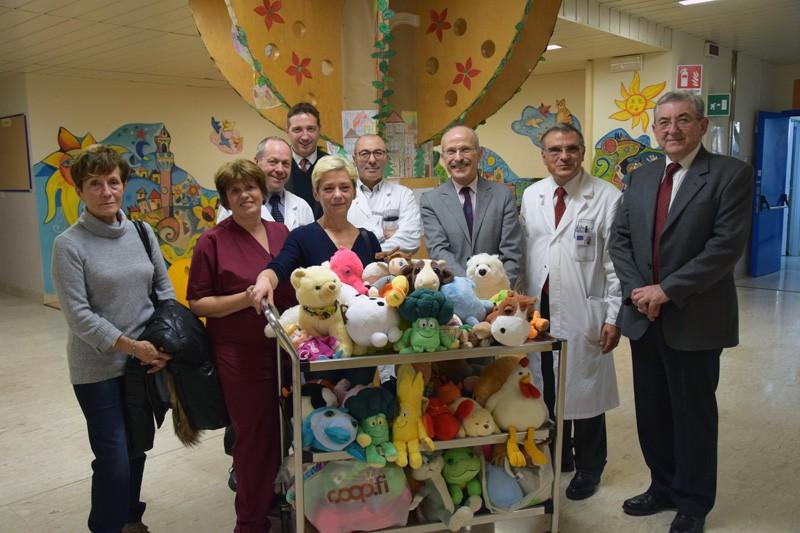 Natale alle Scotte, dipendenti e Comitato soci Coop Siena donano peluches ai bimbi di pediatria