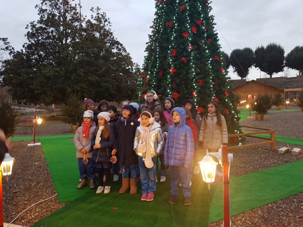 Immagini Del Villaggio Di Babbo Natale.I Bimbi Delle Case Famiglia Ospiti Del Villaggio Di Babbo