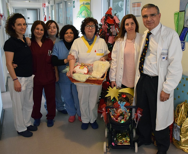 Pediatria neonatale, in dono ai piccoli pazienti del reparto le copertine ricamate a mano dalle infermiere