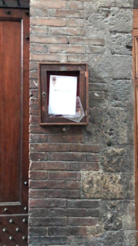 Spaccato il vetro di una teca alla porta di Contrada