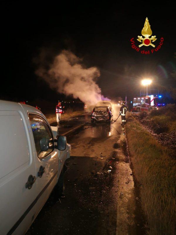 Incidente sulla Cassia, 4 auto coinvolte e due mezzi a fuoco – FOTO