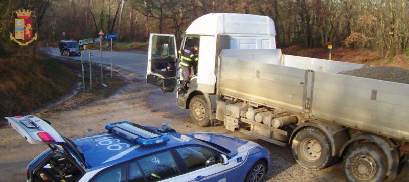 Due tir per strada carichi di rifiuti pericolosi non coperti: multati con 3mila euro