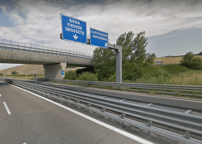 Auto si ribalta sulla Siena-Bettolle, guidatore illeso