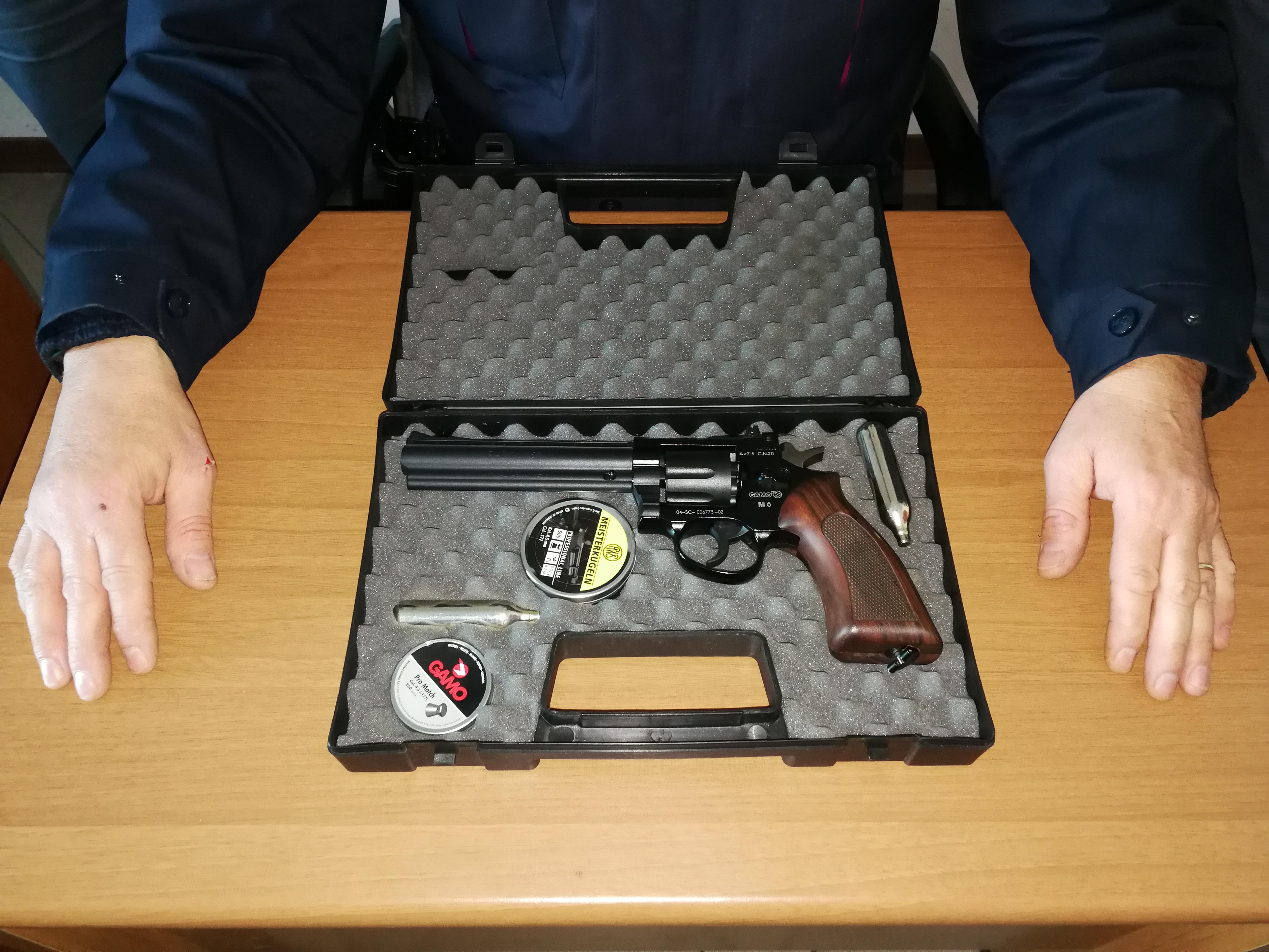 Commerciante minaccia i clienti con una pistola giocattolo
