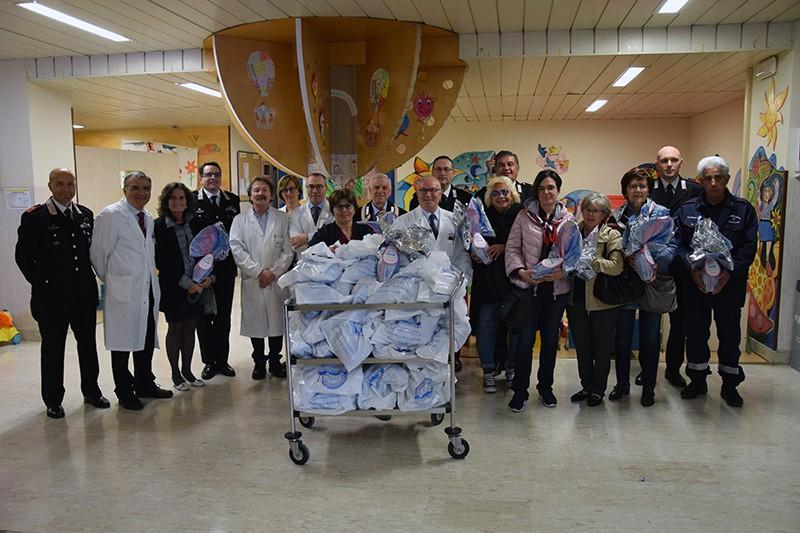 Pasqua, i carabinieri portano 100 uova di cioccolato ai bimbi di Pediatria