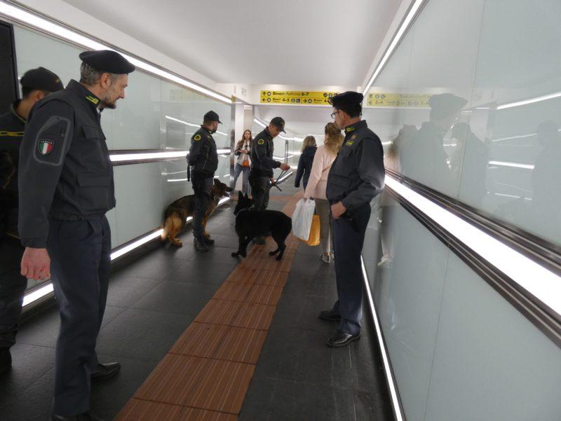 Controlli antidroga della Finanza, alla stazione fermato un 45enne svizzero