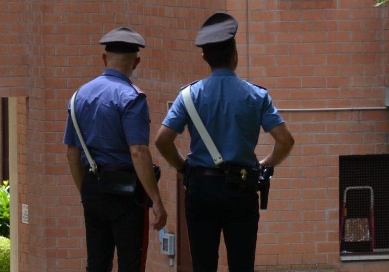 Auto rubata da una casa: i carabinieri ritrovano il mezzo ma è caccia ai ladri