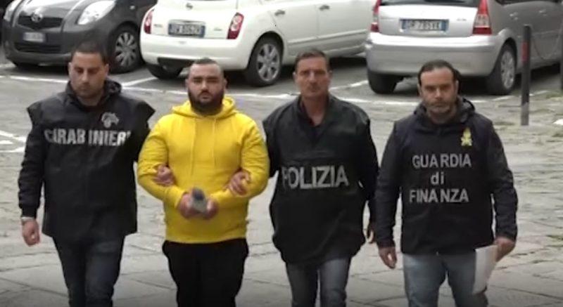"""Sparatoria a Napoli: Armando Del Re in carcere. """"Ammazzatelo"""" il grido della folla davanti alla caserma dei Carabinieri"""
