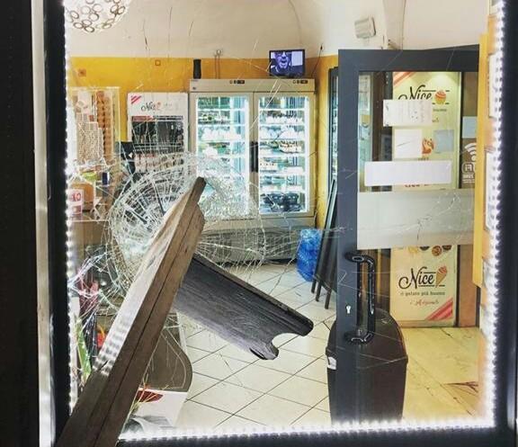 Atto vandalico nella notte contro la vetrina di una gelateria in Pantaneto