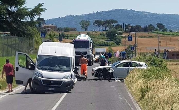 Auto contro furgone, incidente sulla Cassia a Buonconvento, tre feriti – FOTO