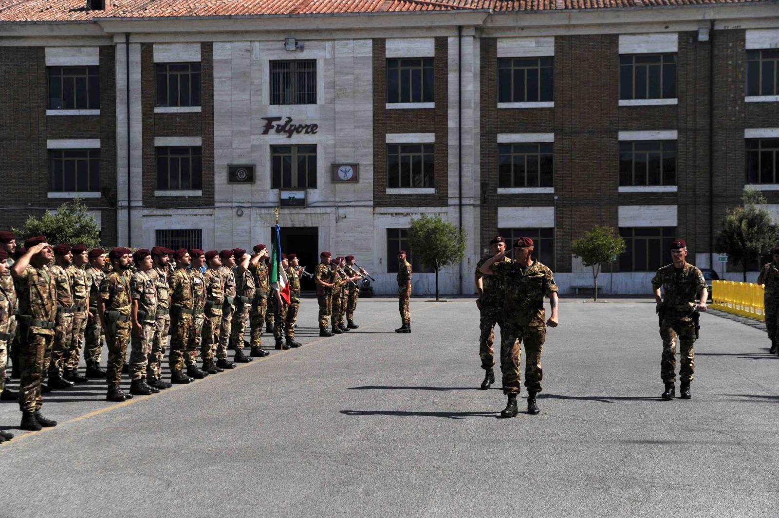 La cerimonia del cambio della guardia alla Folgore: il comandante Federico Bernacca sostituisce il colonnello Fraterrigo