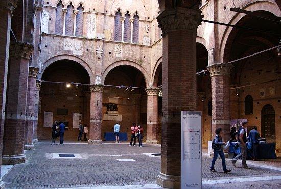 Siena: la fotografia concettuale conquista i giovani