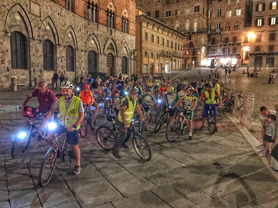 Le biciclette guidate da bambini e genitori invadono Siena con Bimbibimbici in notturna